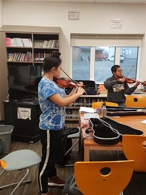 2 students practicing the violin